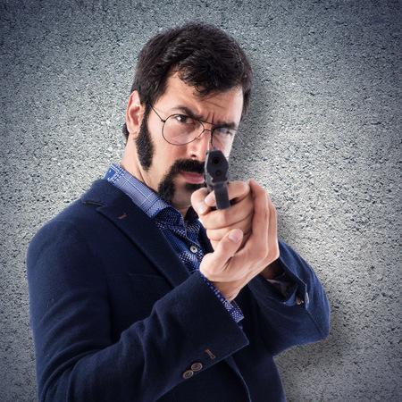 hombre disparando: Joven vintage disparar con una pistola Foto de archivo