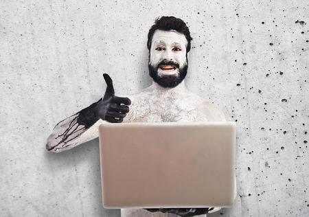 hombre prehistorico: El hombre prehistórico con ordenador portátil