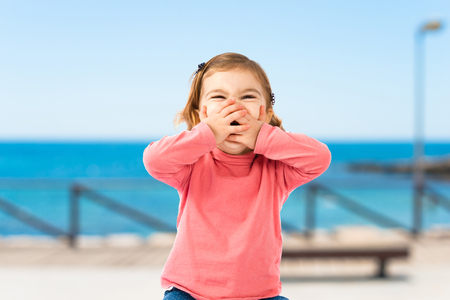 jolie petite fille: Petite fille souriante sur fond blanc Banque d'images