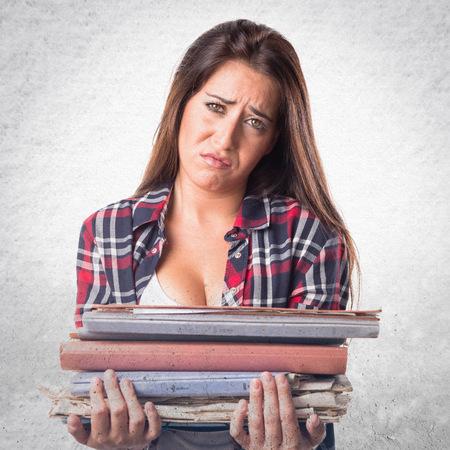 cara triste: Mujer feliz celebración de varias notas de la universidad
