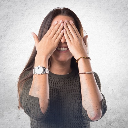 gesticulate: woman covering her eyes