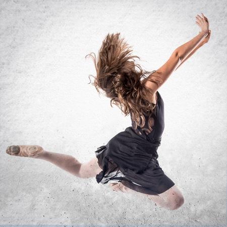 persona saltando: Joven bailarín