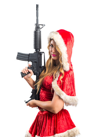 mujer con pistola: Mujer de la Navidad que sostiene una pistola