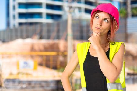 mujer trabajadora: Mujer del trabajador pensando sobre fondo blanco aislado