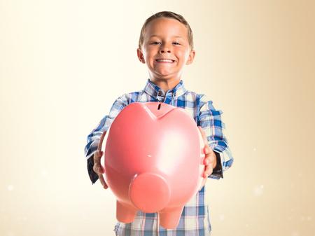 cuenta bancaria: Kid celebración de una alcancía