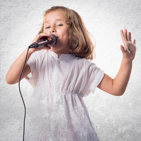 niño cantando: Muchacha que canta con el micrófono