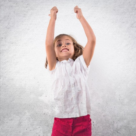 caras felices: Chica saltando