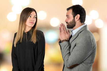 mujeres tristes: Hombres de declararse a su novia sobre fondo blanco