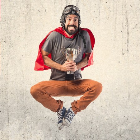 uomo rosso: Superhero possesso di un trofeo Archivio Fotografico