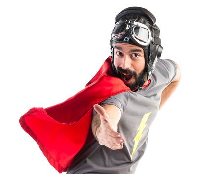 persona saltando: Hacer un saludo de superhéroes