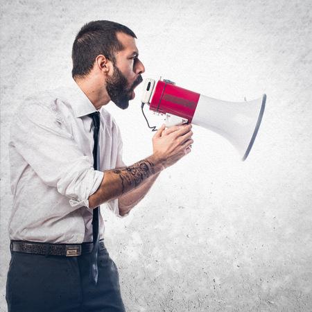 megafono: El hombre de negocios gritando por megáfono