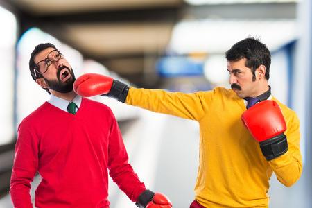 peleando: Hermanos gemelos que luchan