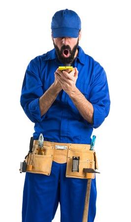 plumber: Fontanero hablando con el móvil