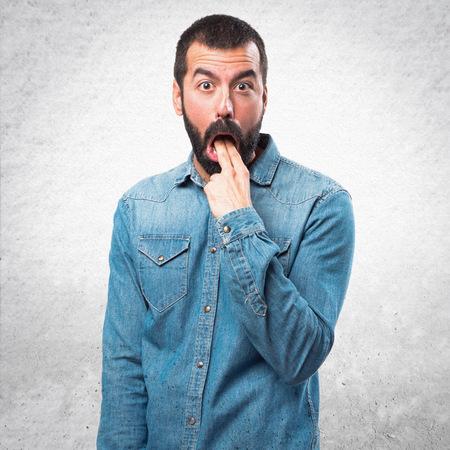 the vomiting: Hombre que hace gesto vómitos Foto de archivo