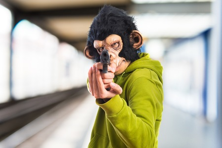 hombre disparando: Monkey man shooting with a pistol