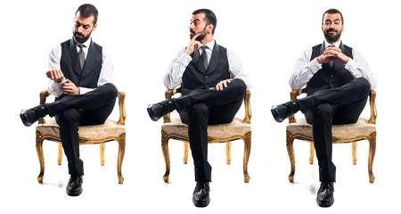 Geschäftsmann sitzt auf Sessel Standard-Bild - 51786249