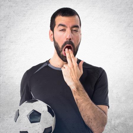the vomiting: jugador de fútbol haciendo el gesto de vómitos