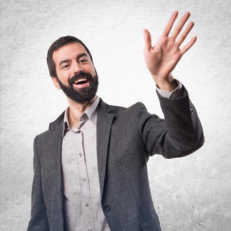 personas saludando: saludando hombre