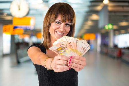 mucho dinero: Chica con un montón de dinero