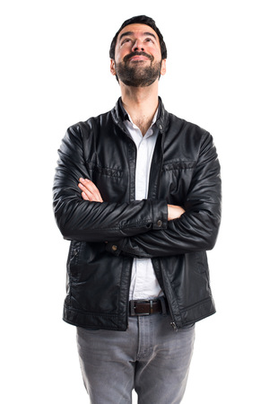 Uomo con la giacca di pelle alzando lo sguardo