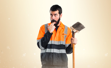 vomito: hombre de la basura haciendo el gesto de v�mitos