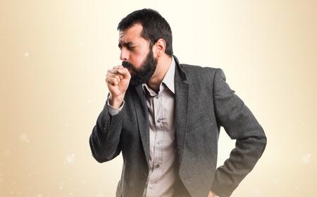 tosiendo: El hombre tosiendo mucho