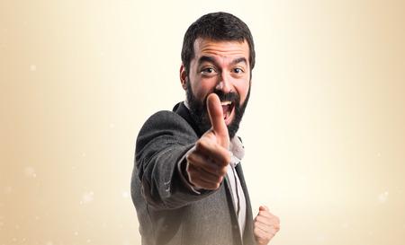 hombre flaco: El hombre con el pulgar arriba