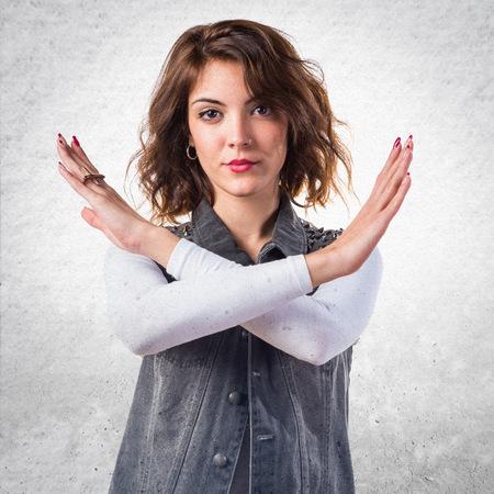 comunicacion no verbal: Mujer que hace gesto NO