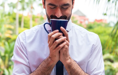 hombre tomando cafe: Man drinking coffee outdoors Foto de archivo