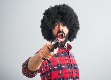 hombre disparando: Hombre afro disparar con una pistola Foto de archivo
