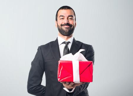 jornada de trabajo: El hombre de negocios que sostiene un regalo Foto de archivo