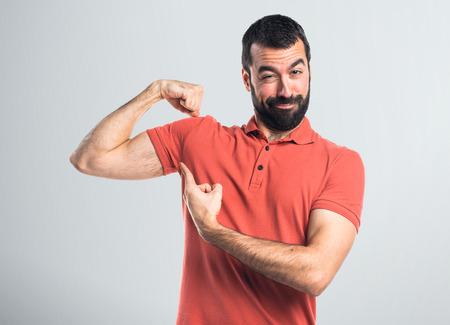 Knappe man die een sterk gebaar maakt