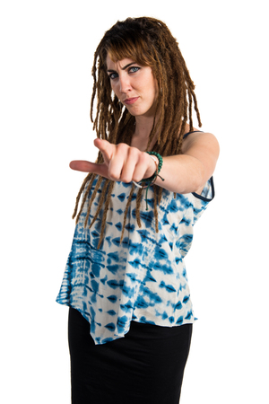 rastas: Chica con rastas que señalan al frente