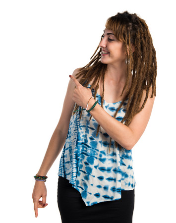 rastas: Chica con rastas que señala de nuevo