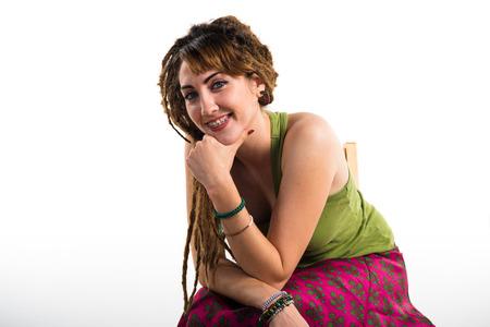 rastas: Chica con rastas que presenta en estudio