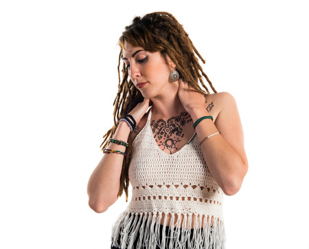 rastas: tatuado chica con rastas que presenta en estudio Foto de archivo