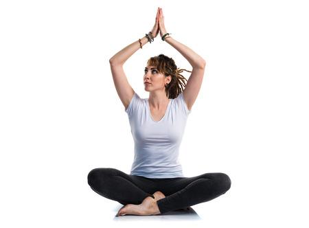 rastas: La chica joven con rastas que hace yoga