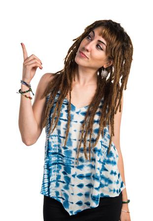 rastas: Chica con rastas que apunta hacia arriba