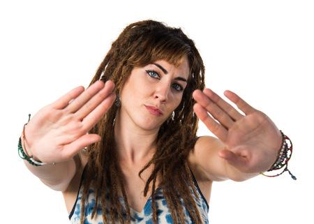 rastas: Chica con rastas haciendo señal de parada