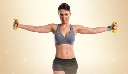 levantamiento de pesas: Mujer del deporte que hace levantamiento de pesas