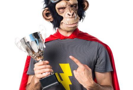 Superhero singe homme tenant un trophée Banque d'images