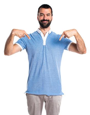 Man met blauw shirt naar beneden wijst