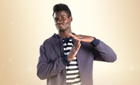 hombre negro haciendo tiempo en gesto