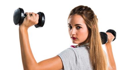 levantamiento de pesas: Mujer joven que hace levantamiento de pesas