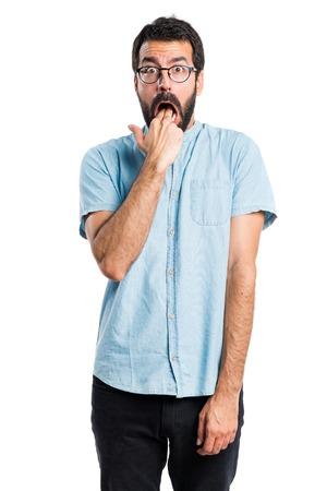 the vomiting: Hombre que hace gesto guapo vómitos
