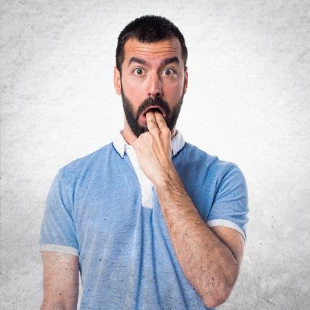 vomito: El hombre con camisa azul haciendo el gesto de vómitos