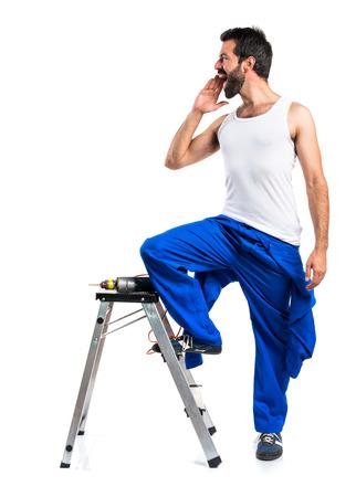 electricista: técnico eléctrico joven con un grito de perforación Foto de archivo