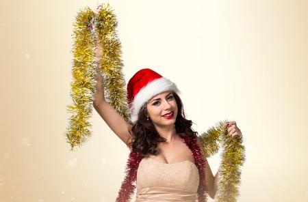 coronas de navidad: Bastante joven mujer con guirnaldas de Navidad