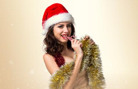 guirnaldas navideñas: Bastante joven mujer con guirnaldas de Navidad