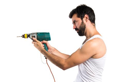electricista: técnico eléctrico joven con un taladro
